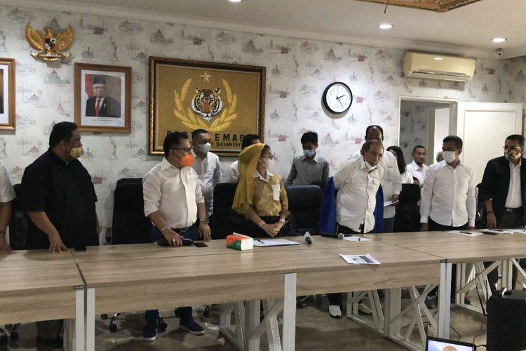 Politisi senior Max Sopacua melepas jaket Partai Demokrat sebagai tanda bergabungnya ke Partai Emas di Kantor DPP Partai Emas, Kemang, Jakaeta Selatan pada Jumat (11/12/2020) siang.