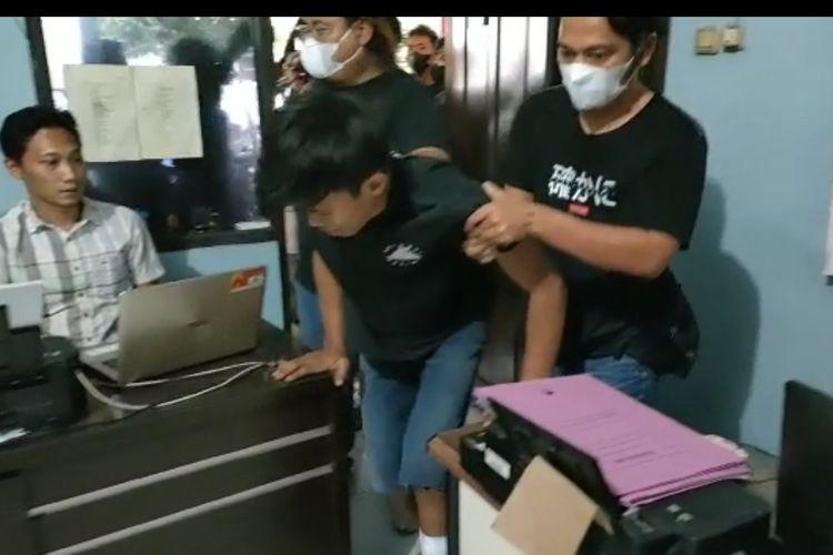 Pelaku begal sadis dibawa ke ruang penyidik Polres Tegal Kota setelah diringkus Tim Resmob dan Reskrim Polsek Kersana, Jumat (11/6/2021)