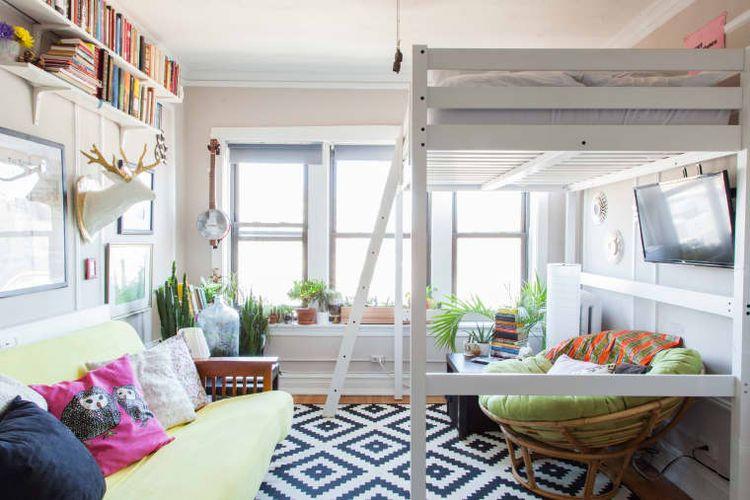 Meletakkan tempat tidur di bagian atas dalam kamar mungil