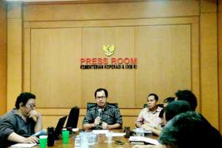 Deputi Bidang Pembiayaan Kementrian Koperasi dan Usaha Kecil Menengah (UKM) Braman Setyo (tengah) saat konfrensi pers di Kemenkop UKM, Jakarta, Jumat (13/1/2017).