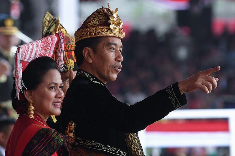 Presiden Joko Widodo (kanan) bersama bersama Ibu Negara Iriana Joko WIdodo menghadiri Upacara Peringatan Detik-Detik Proklamasi Kemerdekaan Indonesia ke-74 Tahun 2019 di Istana Merdeka, Jakarta, Sabtu (17/8/2019). Peringatan HUT RI tersebut mengangkat tema SDM Unggul Indonesia Maju.