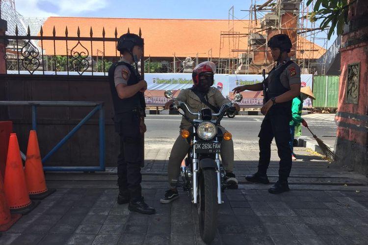 Penjagaan di pintu masuk Mapolda Bali, Rabu (13/11/2019).