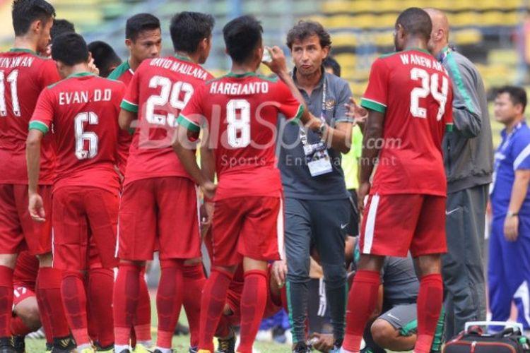 Para pemain Timnas U-22 Indonesia menjalani water break saat pertandingan versus Kamboja dalam laga terakhir penyisihan Grup B SEA Games 2017, Kamis (24/8/2017).