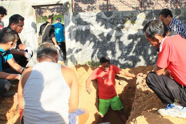 Polres Blora, Jawa tengah membongkar makam korban di kompleks pemakaman RSU Blora,Selasa (7/8/2018)