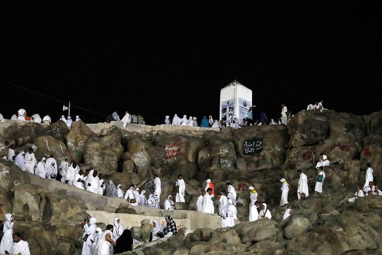 Para jemaah haji berjalan dan berdoa di Gunung Arafah, yang juga dikenal sebagai Jabal Rahmah, sebelah tenggara kota suci Mekah, Arab Saudi, menjelang puncak ibadah haji, Rabu (30/8/2017). Tercatat sekitar 2,1 juta umat Muslim dari berbagai belahan dunia berkumpul untuk melaksanakan ibadah haji tahun ini.