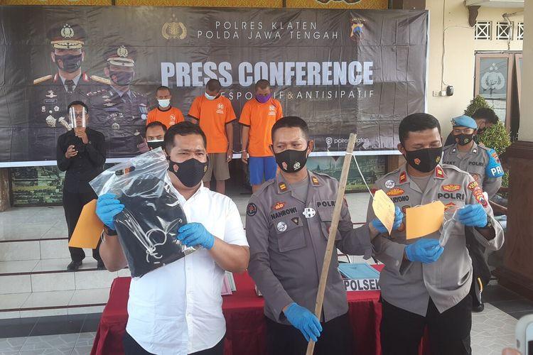 Kasat Reskrim Polres Klaten AKP Andriansyah Rithas Hasibuan menunjukkan barang bukti kasus panganiayaan yang mengakibatkan korban MRS tewas dalam konferensi pers di Mapolres Klaten, Jumat (9/4/2021).