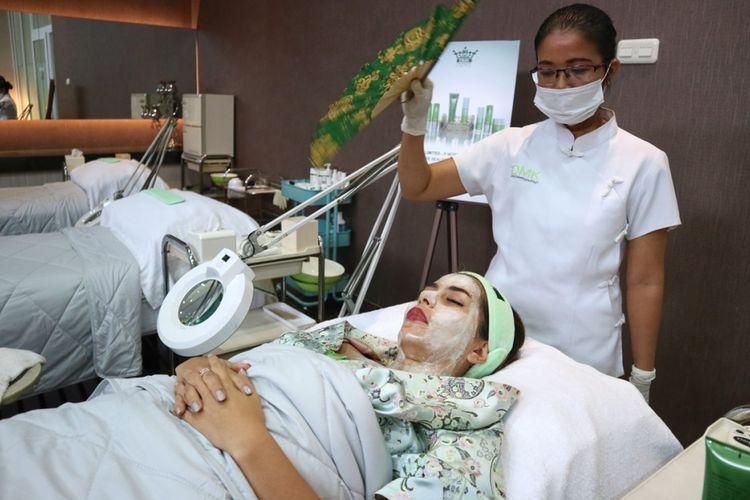 Aktris Meisya Siregar mencoba terapi enzim di DMK Clinic Jakarta.