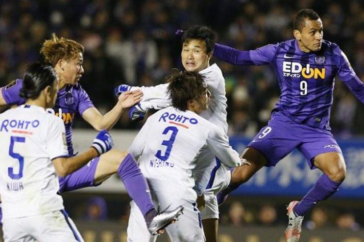 Para pemain Sanfrecce Hiroshima dan Gamba Osaka sedang berduel dalam sebuah laga J-League pada 5 Desember 2015.