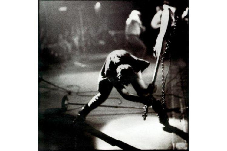 Foto ikonik Paul Simonon (The Clash) saat membanting bassnya dan menjadi cover utama album London Calling