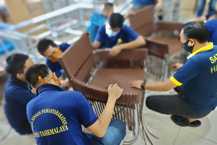 Warga binaan Lapas Kelas II B Tasikmalaya, mengerjakan pesanan kursi dan meja rotan sintetis dalam rangka memperdayakan keterampilan yang dimiliki mereka di masa pandemi corona, Jumat (16/10/2020).