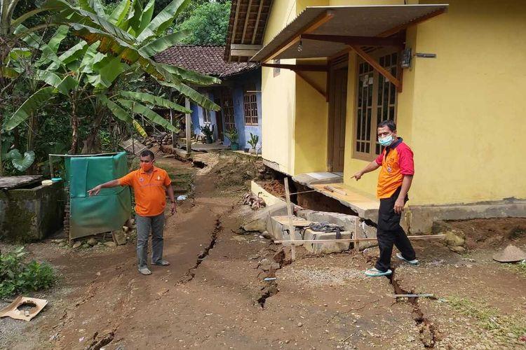Petugas BPBD Kabupaten Purworejo menunjukkan tanah bergerak di Desa Tegalsari, Kecamatan Bruno, Kabupaten Purworejo, Fenomena itu terjadi sejak Kamis (14/1/2021).