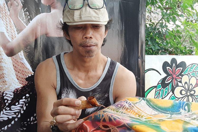 Iwan Setiyawan saat membatik, menyelesaikan satu lagi pesanan baju batik Raja Belanda