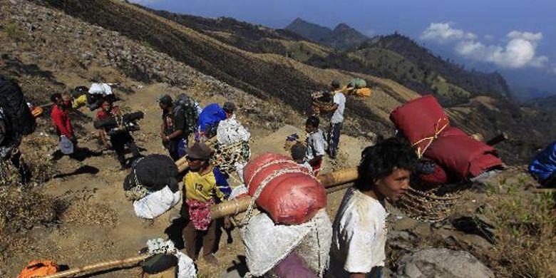 Para porter tim Ekspedisi Cincin Api Kompas bersiap menuruni lereng Gunng Rinjanidi jalur Senaru, Lombok Utara, Nusa Tenggara Barat, Sabtu (1/10/2011).