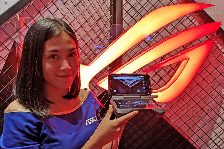 Model menunjukkan smartphone gaming Asus ROG Phone dalam acara peluncurannya di Jakarta, Selasa (11/12/2018).