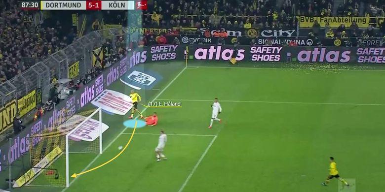 Erling Haaland mencetak gol dari sudut yang sangat sempit setelah melewati kiper.