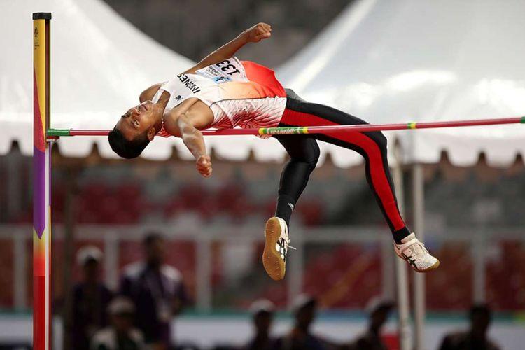 Atlet lompat tinggi Indonesia Rizky Ghusyafa Pratama melakukan lompatan saat final 18th Asian Games Invitation Tournament di Stadion Utama Gelora Bung Karno, Senayan, Minggu (11/2/2018). Ia gagal meraih medali emas.