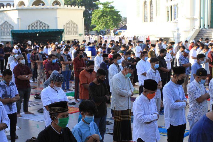 Jemaah memadati Masjid Raya Medan untuk menjalankan shalat Idul Adha, Selasa (20/7/2021).