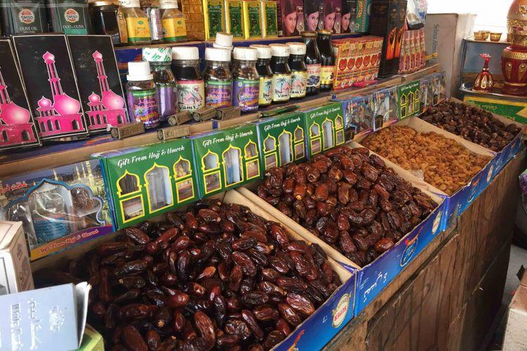 Di Jalan KH Mansyur, Jakarta Pusat, hampir semua penjual menjual jenis kurma yang sama, seperti Kurma Ajwa atau yang dikenal juga dengan kurma Nabi Muhammad SAW , Kurma Tunisia, Madinah, Mesir, dan Kurma Medjool atau California. Foto diambil Kamis (17/5/2018).
