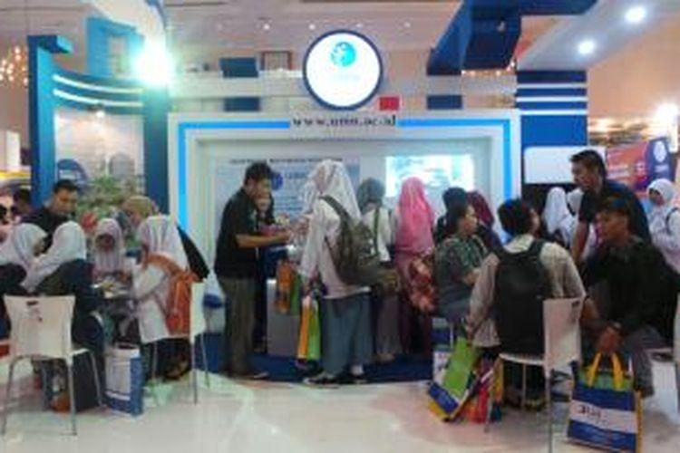 Stand Universitas Multimedia Nusantara di pameran pendidikan di JCC, Senayan, Jakarta, Jumat (24/1/2014).