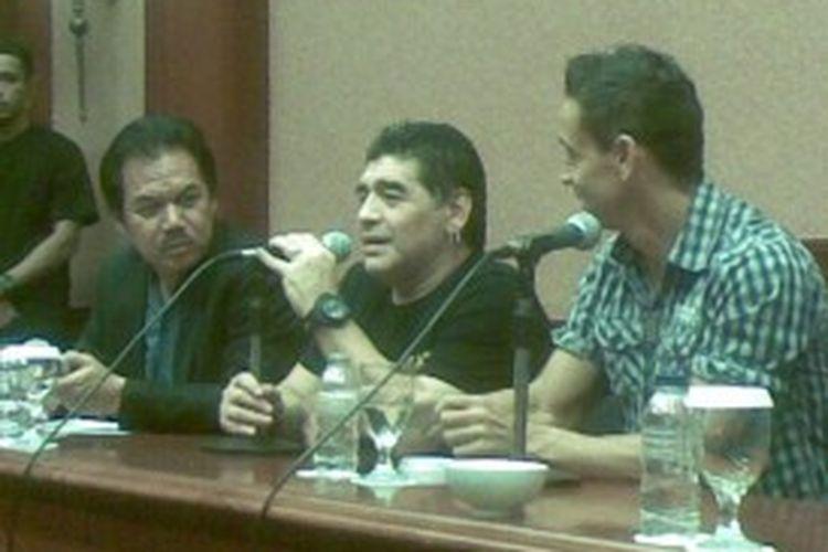 Maradona saat jumpa pers di Surabaya.