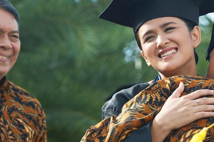 Ilustrasi seseorang yang lulus jenjang pendidikan sarjana dari hasil pengelolaan keuangan.