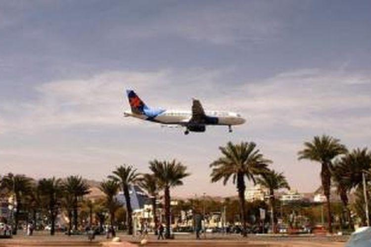 Sebuah pesawat bersiap-siap mendarat di bandara Eilat di pusat resor Laut Merah yang merupakan bagian wilayah Israel.