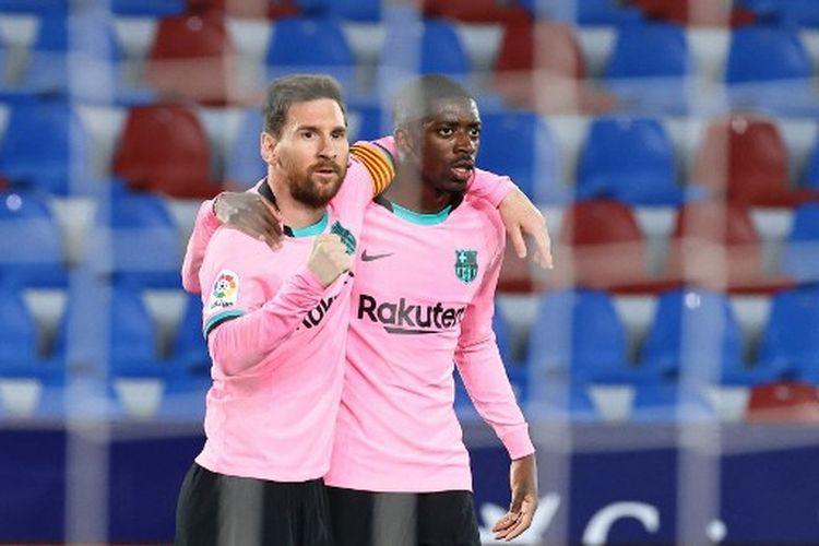 Lionel Messi (kiri) merayakan golnya bersama Ousmane Dembele (kanan) pada laga pekan ke-36 Liga Spanyol yang mempertemukan Levante vs Barcelona di Stadion Ciutat deValència pada Rabu (13/5/2021) dini hari WIB.