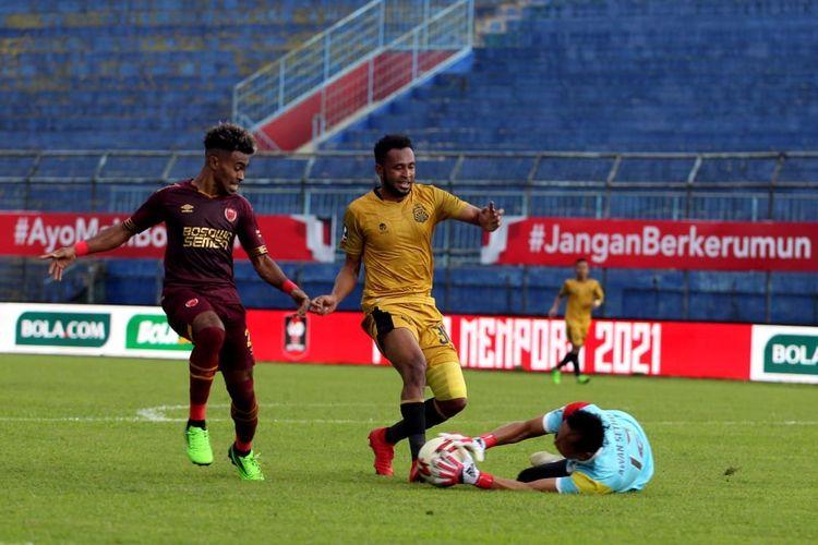 Yakob Sayuri (kiri) mencoba mengejar bola pada laga Grup B Piala Menpora 2021 yang mempertemukan PSM vs Bhayangkara Solo FC di Stadion Kanjuruhan, Sabtu (27/3/2021).