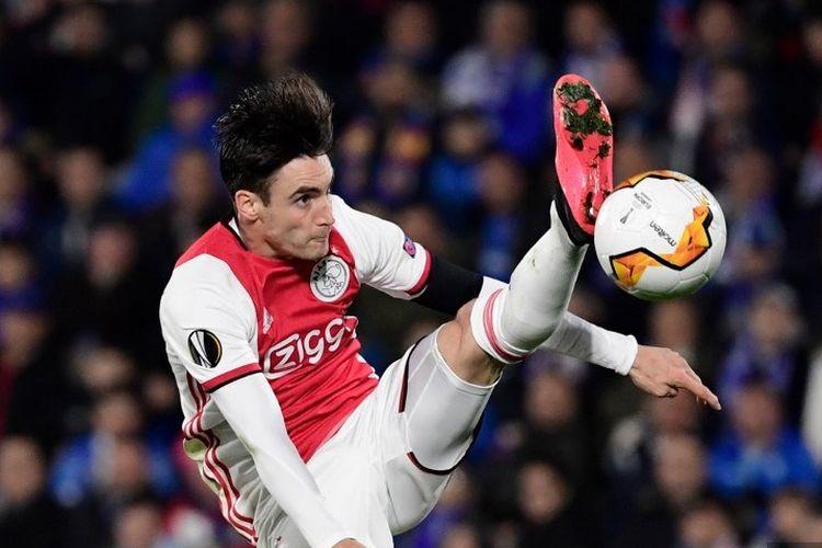 Bek Ajax Argentina Nicolas Tagliafico menendang bola selama putaran 32 Liga Eropa antara Getafe CF dan Ajax Amsterdam di stadion Coliseum Alfonso Perez di Getafe pada 20 Februari 2020.