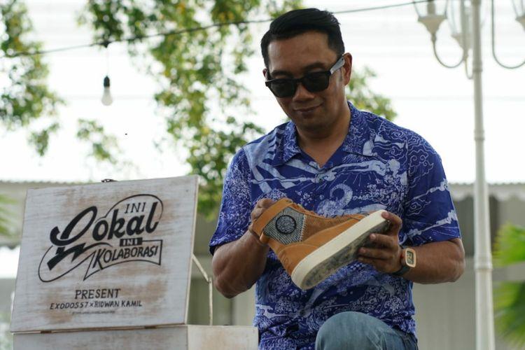 Gubernur Jawa Barat Ridwan Kamil saat melihat sepatu dari Exodos dalam proyek kolaborasinya dengan brand lokal di Pulau Jawa.