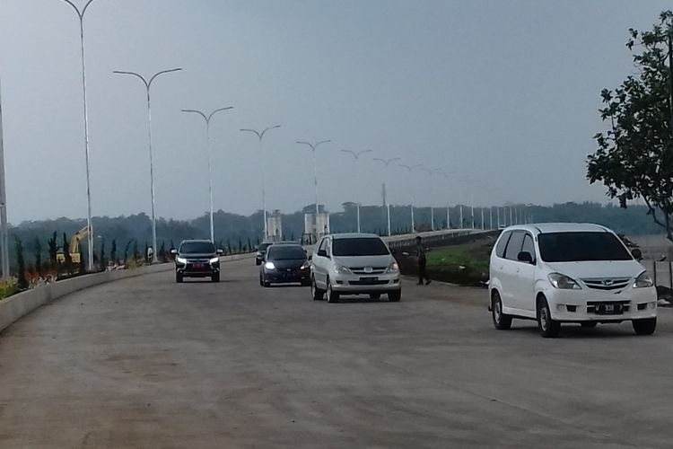 Sejumlah kendaraan saat melintas di ruas tol fungsional Pandaan - Malang, Jumat (21/12/2018)