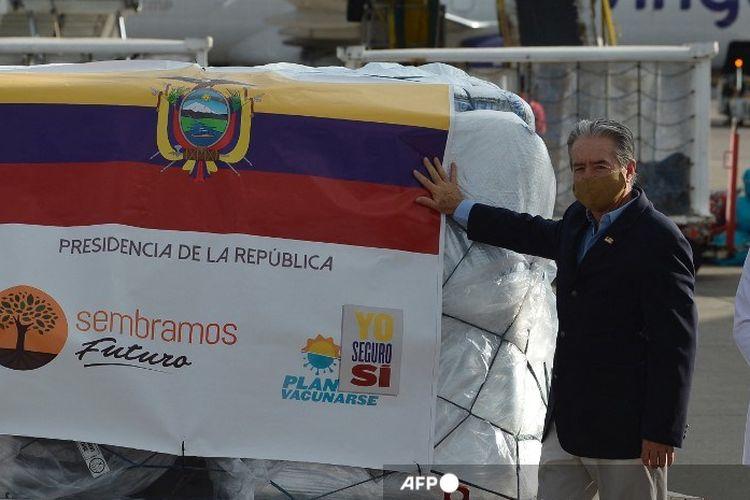 Menteri Kesehatan Ekuador Juan Carlos Zevallos berpose dengan 8000 dosis pertama vaksin Pfizer / BioNTech Covid-19 saat tiba di Bandara Internasional Mariscal Sucre di Quito, pada 21 Januari 2021.