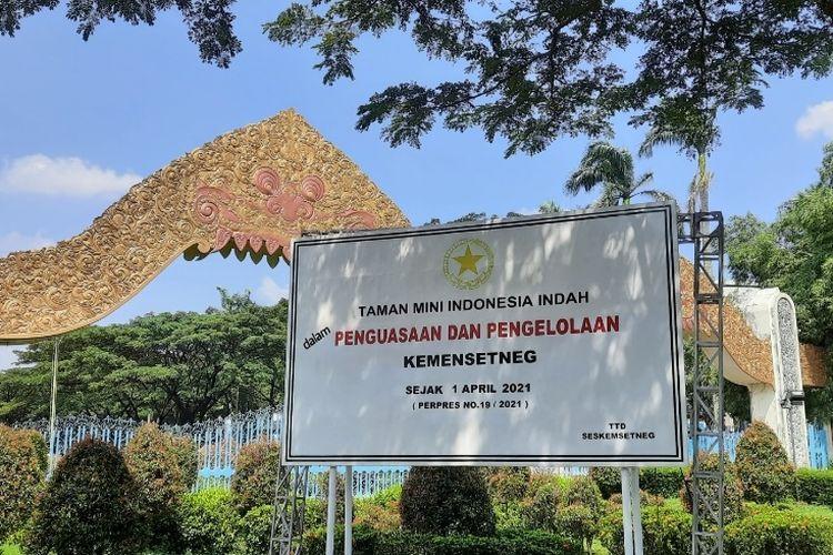 Plang pemberitahuan pengambilalihan Taman Mini Indonesia Indah (TMII) oleh negara telah berdiri di depan pintu gerbang utama.