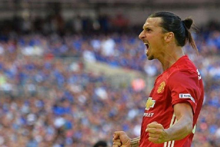 Ekspresi striker Manchester United, Zlatan Ibrahimovic, saat mencetak gol ke gawang Leicester City dalam laga Community Shield, Minggu (7/8/2016).