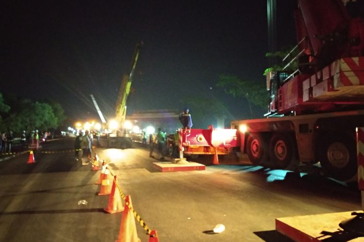 Proses pemasangan balok grider jembatan Jatiwaringin di KM 4 tol Jakarta Cikampek, Jumat (24/11/2017)