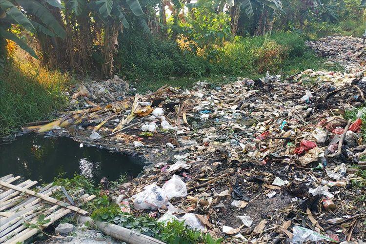 Tutupan sampah di Kali Busa atau Kali Bahagia mengendap di sisi utara, Kelurahan Babelan Kota, Kecamatan Babelan, Kabupaten Bekasi, hingga selevel dengan daratan.