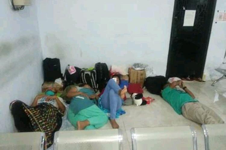 Foto : Saat para penumpang asal NTT terpaksa tidur di lantai ruang tunggu pelabuhan Sape, NTB.