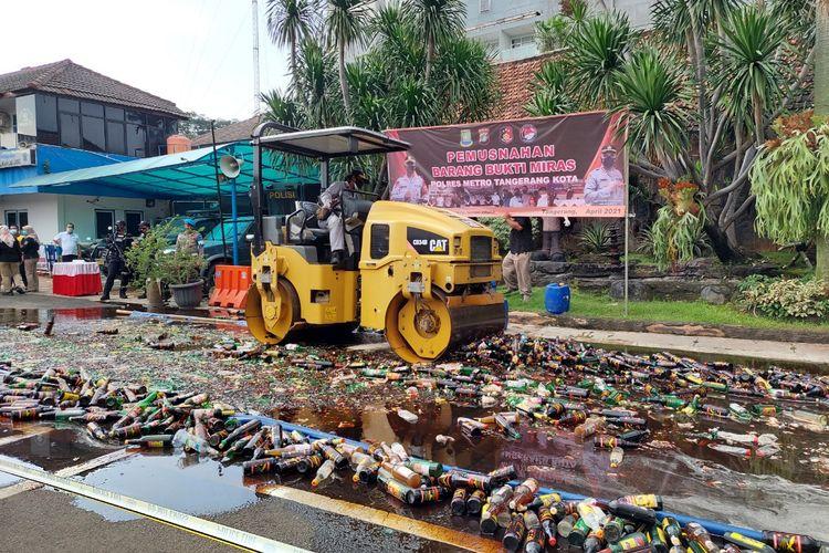 Belasan ribu minuman keras yang disita oleh Polres Metro Tangerang Kota saat melakukan Operasi Pekat Jaya 2021 dihancurkan kepolisian di Mapolresta Metro Tangerang Kota, Kota Tangerang, Senin (12/4/2021).