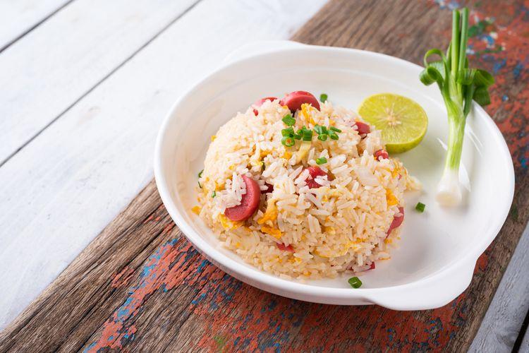 Ilustrasi nasi goreng di atas piring saji.