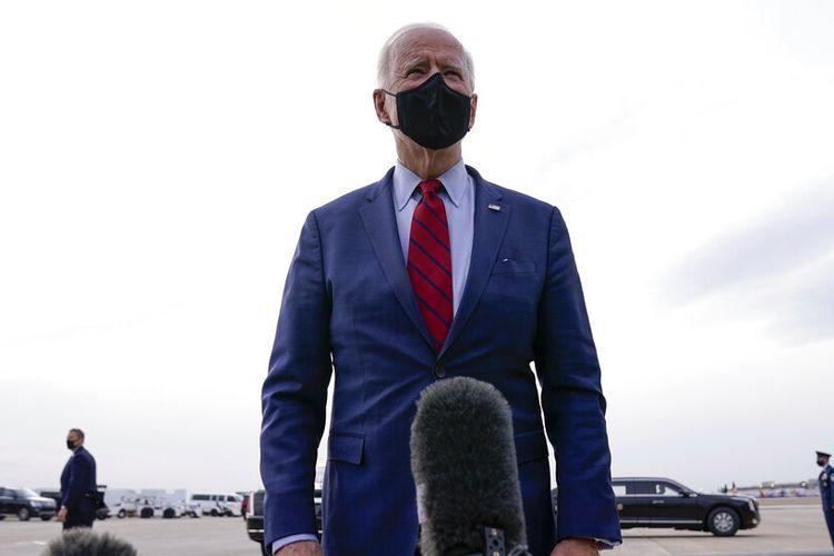 Presiden as Joe Biden berbicara kepada pers sebelum menaiki Air Force One pada keberangkatan dari Bandara Internasional John Glenn Columbus, Selasa, 23 Maret 2021, di Columbus, Ohio. (Foto AP / Evan Vucci)