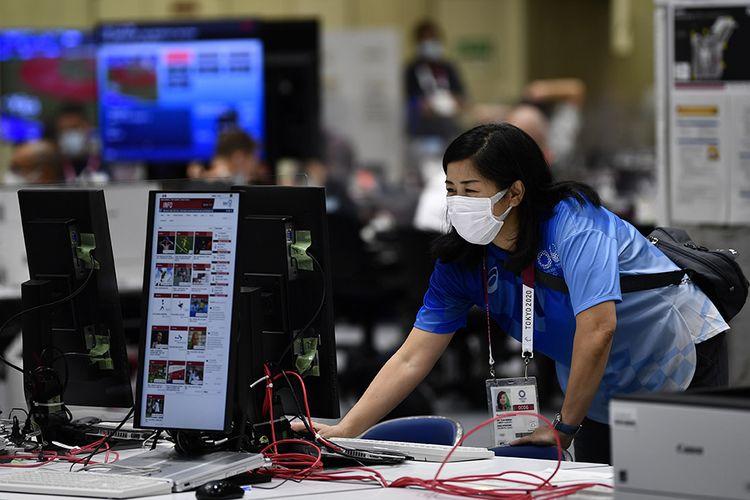 Petugas mengoperasikan komputer di Main Press Center Olimpiade Tokyo 2020 di Tokyo Big Sight, Tokyo, Jepang, Rabu (21/7/2021). Main Press Center di Tokyo Big Sight mulai ramai dengan para jurnalis dari berbagai negara jelang pembukaan Olimpiade Tokyo 2020 pada 23 Juli 2021.