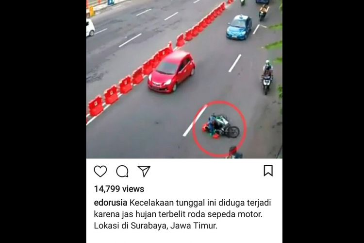 Pengendara motor yang terjatuh akibat jas hujan ponco yang digunakannya tersangkut di roda belakang motor. Peristiwa ini terjadi di Surabaya, Senin (27/11/2017)