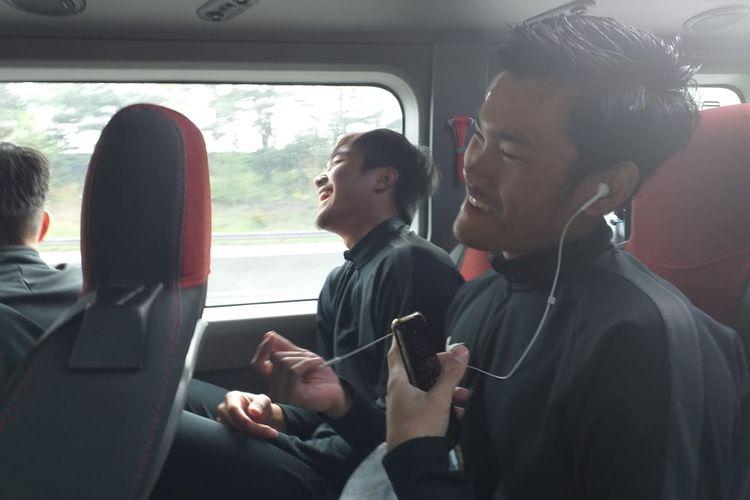 Pemain Garuda Select mendengarkan musik dan bernyanyi saat dalam perjalanan menuju lokasi latihan di Aston Recreation Centre, Birmingham, Inggris, Minggu (5/5/2019).