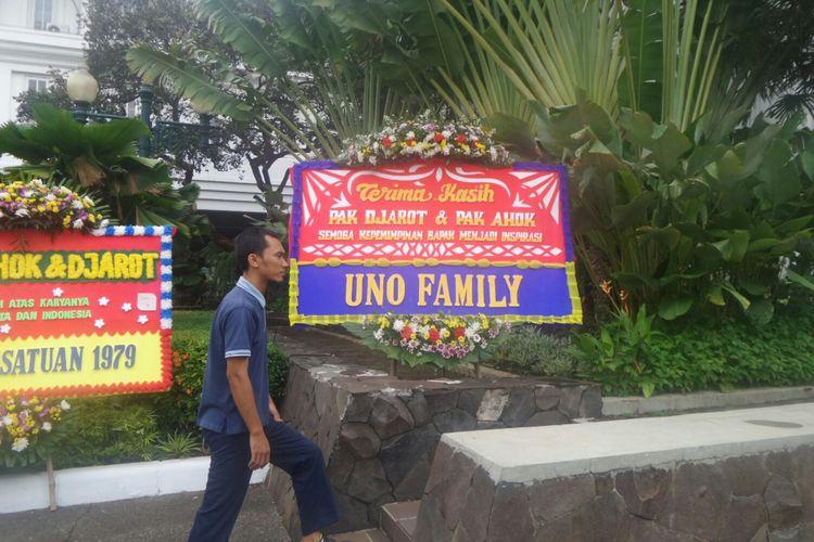 Ada karangan bunga dari Uno Family untuk Ahok-Djarot di Balai Kota DKI, Jalan Medan Merdeka Selatan, Senin (9/10/2017).