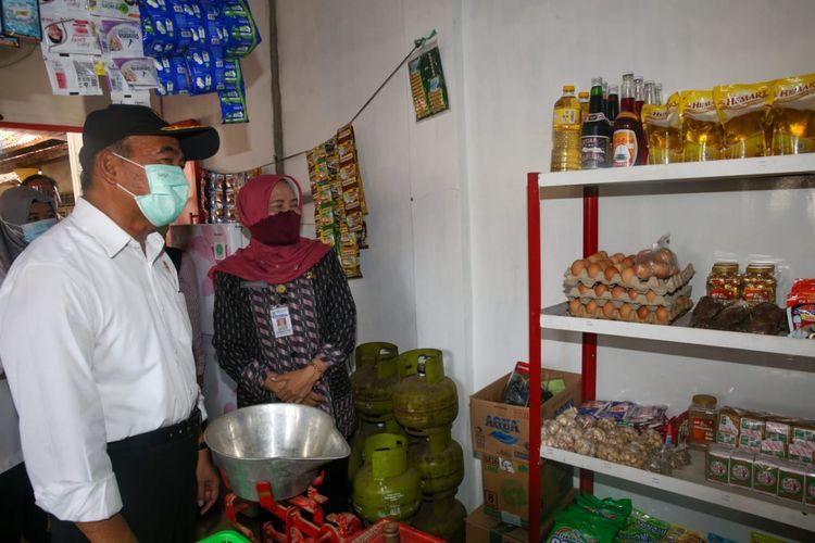 Menko PMK Muhadjir Effendy saat mengunjungi e-warong Sumber Berkah di Kecamatan Wiradesa, Kabupaten Pekalongan, Jawa Tengah, Selasa (29/9/2020).