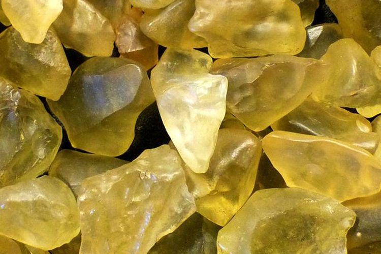 Penampakan potongan kaca berwarna kuning yang berasal dari tubrukan meteorit.