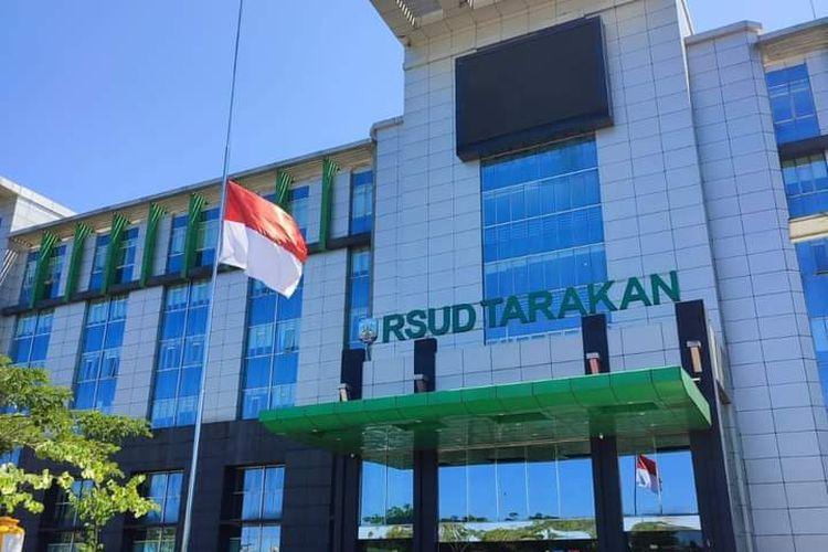 Bendera setengah tiang sempat berkibar di RSUD Tarakan. Bendera dikibarkan para nakes di RSUD Tarakan atas nama solidaritas dimana seorang Nakes disana meninggal akibat covid19