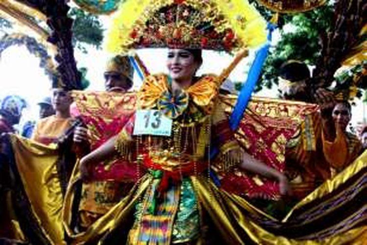 Salah satu peserta karnaval yang menjadi pusat perhatian penonton di Kolaka, Sulawesi Tenggara, Sabtu (23/4/2016).