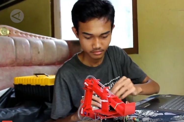 Agung Budi Wibowo, pemuda asal Desa Kedung Karang Dalam, Kecamatan Banyuurip, Kabupaten Purworejo, Jawa Tengah, menciptakan sebuah robot mini pembuat telur dadar.