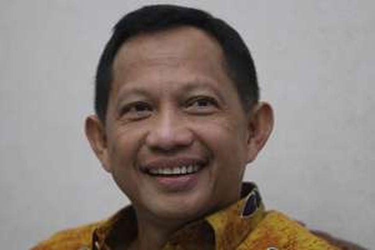 Kepala BNPT, Komjen Pol Tito Karnavian saat menyambut sejumlah anggota Komisi III DPR yang mendatangi rumah dinasnya di Kompleks Polri Ragunan, Jakarta, Rabu (22/6/2016). Kedatangan Komisi III DPR merupakan bagian dari rangkaian uji kelayakan dan kepatutan terhadap Tito sebagai calon tunggal Kepala Polisi Republik Indonesia.